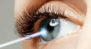 Symbolbild mit Laser der auf Auge trifft